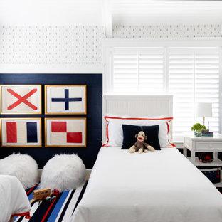 Неиссякаемый источник вдохновения для домашнего уюта: детская среднего размера в стиле современная классика с спальным местом, разноцветными стенами, паркетным полом среднего тона, бежевым полом и балками на потолке для ребенка от 4 до 10 лет, мальчика