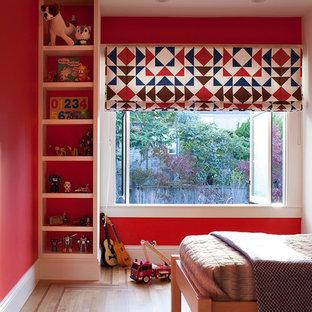 Eklektisk inredning av ett mellanstort pojkrum kombinerat med sovrum och för 4-10-åringar, med röda väggar, ljust trägolv och brunt golv