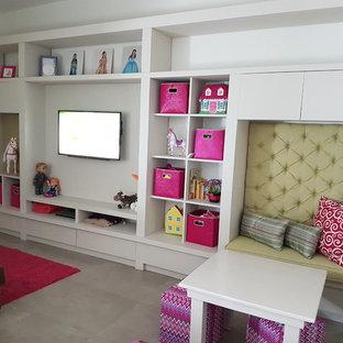 Kleines Klassisches Kinderzimmer mit Spielecke, Porzellan-Bodenfliesen, grauem Boden und weißer Wandfarbe in Sonstige