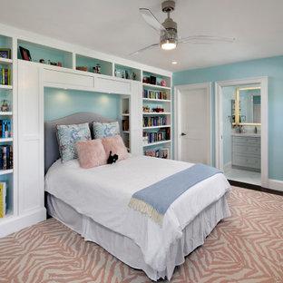 Modelo de dormitorio infantil clásico renovado, grande, con paredes azules, suelo de madera en tonos medios y suelo rosa
