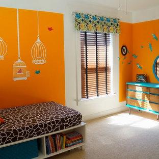 Cette photo montre une chambre d'enfant de 4 à 10 ans moderne avec un mur orange et moquette.