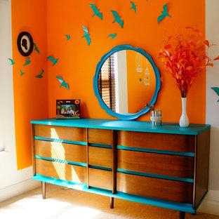 Неиссякаемый источник вдохновения для домашнего уюта: детская в стиле модернизм с спальным местом, оранжевыми стенами и ковровым покрытием для ребенка от 4 до 10 лет