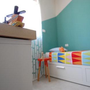 Immagine di una piccola cameretta per bambini da 4 a 10 anni classica con pareti multicolore, pavimento in gres porcellanato e pavimento beige