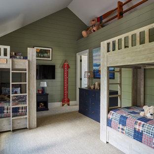 Immagine di una grande cameretta per bambini american style con pareti verdi, moquette e pavimento beige