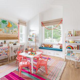 Идея дизайна: детская в морском стиле с белыми стенами, светлым паркетным полом, бежевым полом и сводчатым потолком
