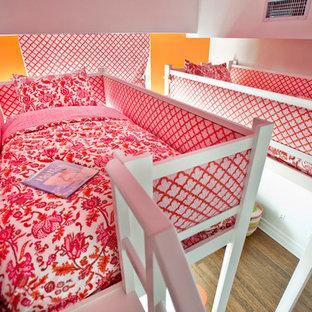 Idéer för att renovera ett mellanstort flickrum kombinerat med sovrum och för 4-10-åringar, med flerfärgade väggar och mellanmörkt trägolv