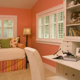 Cette image montre une chambre d'enfant traditionnelle avec un mur orange.