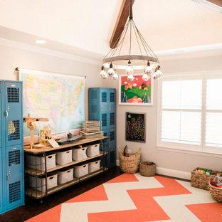 Esempio di una cameretta per bambini da 4 a 10 anni country di medie dimensioni con pareti grigie, parquet scuro e pavimento marrone
