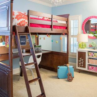 Diseño de dormitorio infantil clásico renovado con paredes azules y moqueta