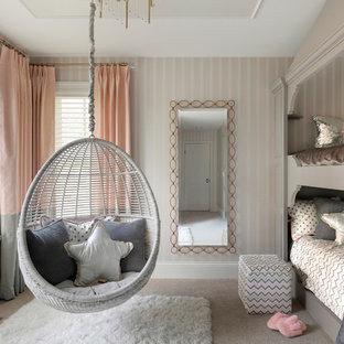 Esempio di una cameretta per bambini classica con moquette, pareti rosa e pavimento grigio