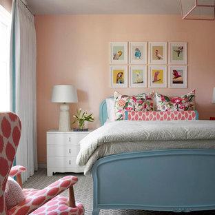 Aménagement d'une chambre d'enfant classique avec un mur rose, moquette et un sol vert.