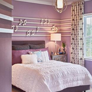 Ejemplo de dormitorio infantil actual, de tamaño medio, con paredes púrpuras y moqueta