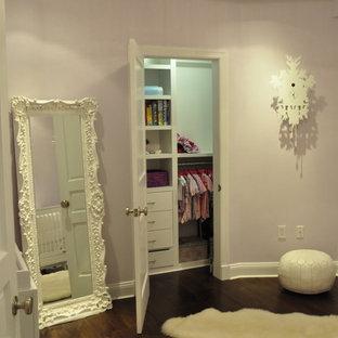 Ispirazione per una cameretta per bambini tradizionale di medie dimensioni con pareti rosa e parquet scuro