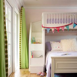 Cette photo montre une grand chambre d'enfant de 4 à 10 ans chic avec un mur rose, un sol en bois brun, un sol marron et un plafond en papier peint.
