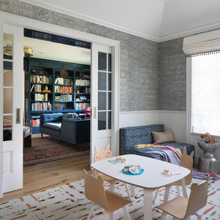 Esempio di una grande cameretta per bambini da 4 a 10 anni chic con pareti grigie, pavimento in legno massello medio, pavimento marrone, carta da parati e soffitto a volta