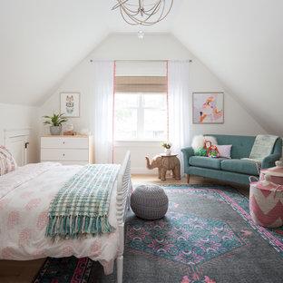 Bild på ett stort eklektiskt barnrum kombinerat med sovrum, med vita väggar, ljust trägolv och beiget golv