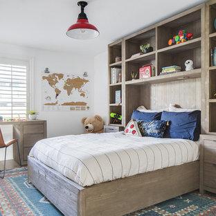 Foto di una cameretta per bambini da 4 a 10 anni chic di medie dimensioni con pavimento in legno massello medio, pareti bianche e pavimento beige
