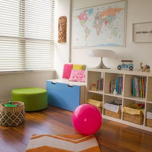 Источник вдохновения для домашнего уюта: детская среднего размера в современном стиле с спальным местом, белыми стенами, деревянным полом, коричневым полом, кессонным потолком и панелями на части стены для ребенка от 4 до 10 лет, мальчика