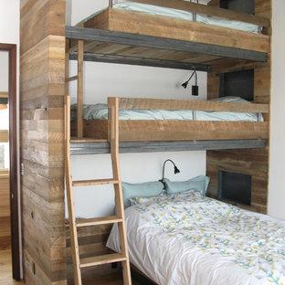 Пример оригинального дизайна: нейтральная детская в стиле рустика с белыми стенами, светлым паркетным полом и спальным местом