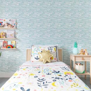Inspiration pour une chambre d'enfant de 4 à 10 ans design avec un mur marron, béton au sol, un sol gris et du papier peint.