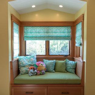 Foto di una cameretta per bambini american style di medie dimensioni con pareti verdi, moquette e pavimento beige