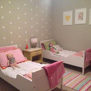 Idéer för att renovera ett litet funkis flickrum kombinerat med sovrum och för 4-10-åringar, med grå väggar och heltäckningsmatta