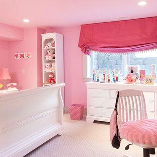 他の地域の広いトラディショナルスタイルのおしゃれな子供部屋 (ピンクの壁、カーペット敷き、児童向け) の写真
