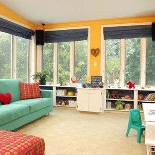 Cette photo montre une chambre d'enfant de 4 à 10 ans tendance de taille moyenne avec un mur jaune et un sol en calcaire.