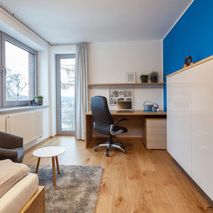 Idéer för att renovera ett mellanstort funkis barnrum kombinerat med sovrum, med blå väggar och plywoodgolv