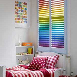 Diseño de dormitorio infantil contemporáneo, de tamaño medio, con paredes blancas y moqueta