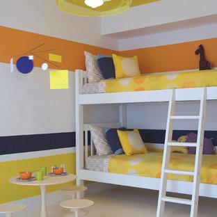 На фото: детские в современном стиле с спальным местом и разноцветными стенами для ребенка от 4 до 10 лет, девочек или мальчиков