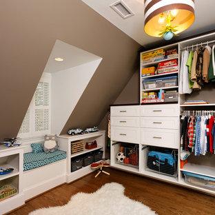 Cette image montre une chambre de garçon de 4 à 10 ans design avec un mur marron et un sol en bois brun.