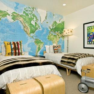 Neutrales Modernes Kinderzimmer mit Schlafplatz, beiger Wandfarbe und Teppichboden in Sonstige