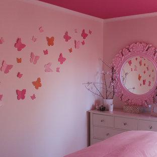 Idées déco pour une chambre d'enfant contemporaine de taille moyenne avec un mur blanc.