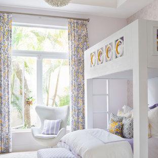 Inredning av ett modernt mellanstort flickrum kombinerat med sovrum och för 4-10-åringar, med lila väggar och heltäckningsmatta