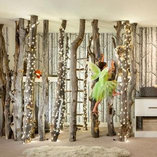Modelo de dormitorio infantil de 4 a 10 años, contemporáneo, con paredes multicolor, moqueta y suelo beige
