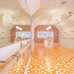 Idéer för funkis flickrum kombinerat med lekrum, med vita väggar och orange golv