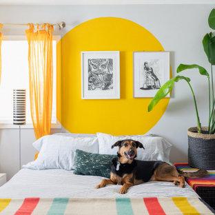 Modern inredning av ett litet barnrum kombinerat med sovrum, med vita väggar