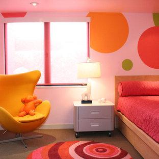 Immagine di una cameretta per bambini da 4 a 10 anni contemporanea con moquette e pareti multicolore