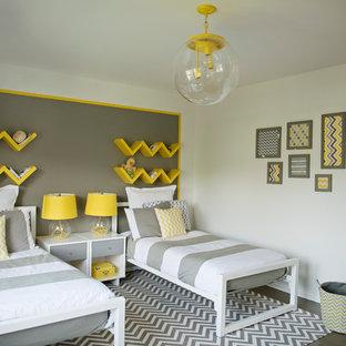 Foto de dormitorio infantil de 4 a 10 años, contemporáneo, con suelo de madera oscura y paredes multicolor