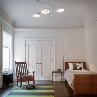 Idéer för att renovera ett funkis pojkrum kombinerat med sovrum och för 4-10-åringar, med vita väggar och mörkt trägolv
