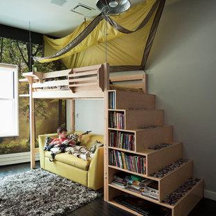 Modernes Kinderzimmer mit Schlafplatz, grauer Wandfarbe und dunklem Holzboden in New York