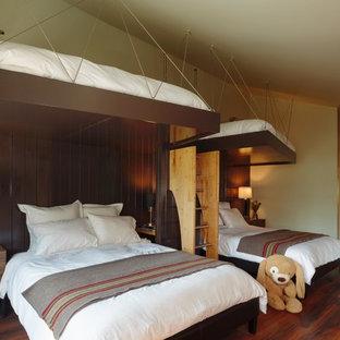 Idéer för funkis könsneutrala barnrum kombinerat med sovrum, med mörkt trägolv och brunt golv