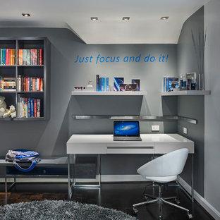 Imagen de dormitorio infantil contemporáneo, pequeño, con paredes grises y suelo de madera oscura