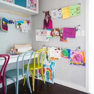 Esempio di una cameretta per bambini da 4 a 10 anni design di medie dimensioni con parquet scuro e pareti grigie