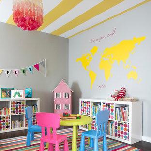 Пример оригинального дизайна: детская с игровой среднего размера в современном стиле с темным паркетным полом и серыми стенами для ребенка от 4 до 10 лет, девочки