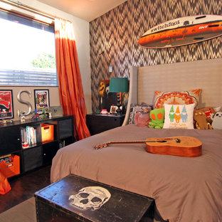 Imagen de dormitorio infantil bohemio con suelo de madera oscura