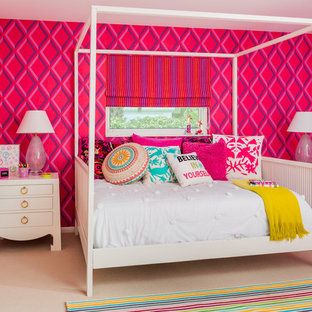 Inredning av ett maritimt flickrum kombinerat med sovrum, med rosa väggar och heltäckningsmatta