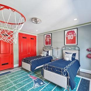 Modelo de dormitorio infantil clásico renovado, de tamaño medio, con paredes grises, suelo de madera en tonos medios y suelo marrón