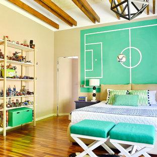 Foto di una cameretta per bambini da 4 a 10 anni minimal di medie dimensioni con pareti beige, parquet scuro e pavimento marrone